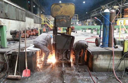 Mitarbeiter von Seidel Industriemontage führen Schneidbrennarbeiten aus