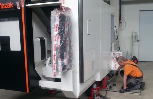 Mitarbeiter von Seidel Industriemontage hebt eine Mazak an