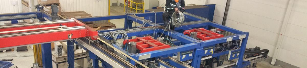 Seidel Industriemontagen Mitarbeiter steht auf einer Anlage und zieht Kabel ein