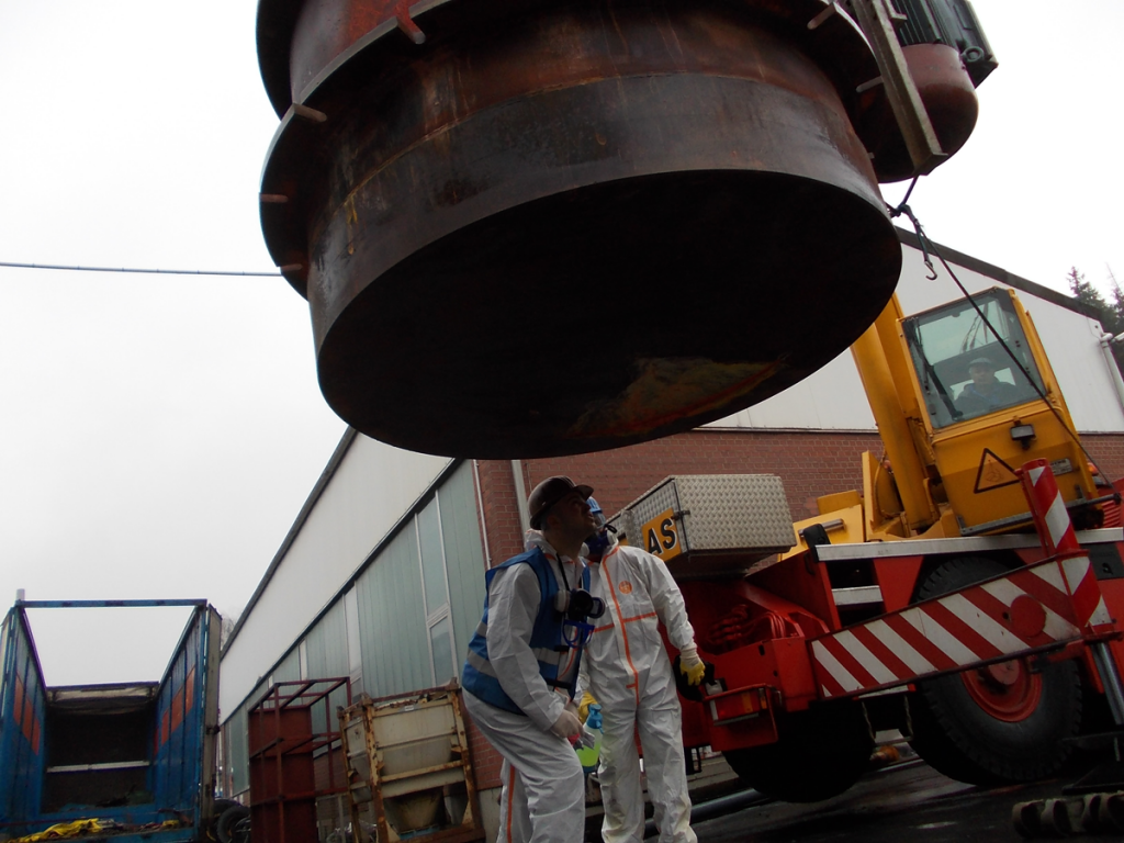 Mitarbeiter von Seidel Industriemontage begutachten einen Bleiofen nach der Demontage