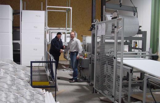 Herr Seidel übergibt eine neue Folienkaschierung an der Kunden