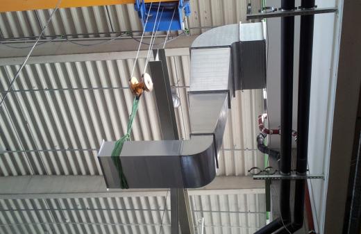 Seidel Industriemontagen Mitarbeiter montieren Lüftungsanlage