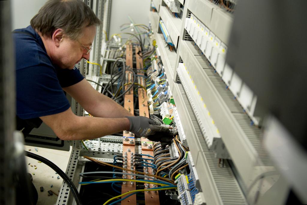 Mitarbeiter von Seidel Industriemontage arbeitet an einem Schaltschrank