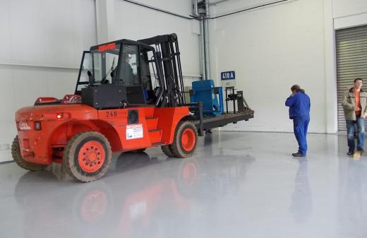 Seidel Industriemontagen Mitarbeiter montieren einen Prüfstand in neuer Produktionshalle