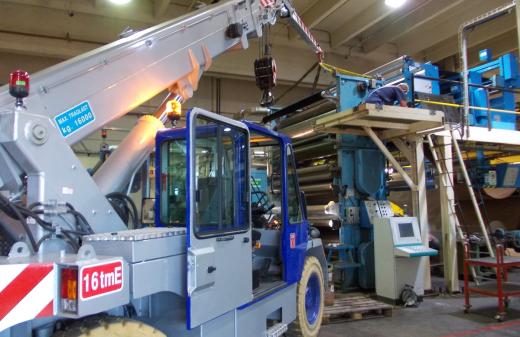 Seidel Industriemontagen Mitarbeiter demontieren Walzen an einer Kartonagenanlage