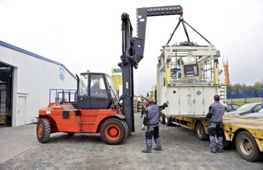 Seidel Industriemontagen Mitarbeiter entladen eine Tiefziehanlage mit dem Gabelstapler
